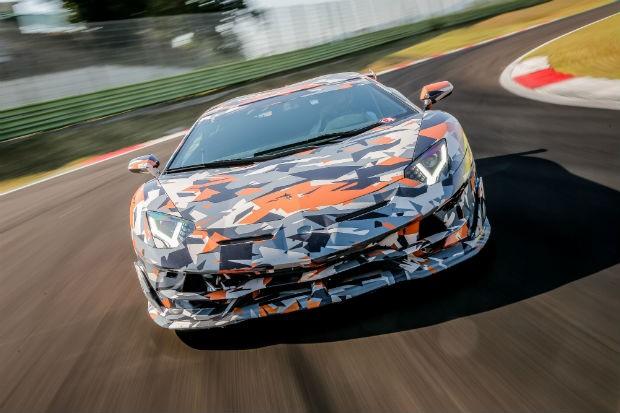 Lamborghini Aventador SVJ camuflado durante testes em pista (Foto: Divulgação)