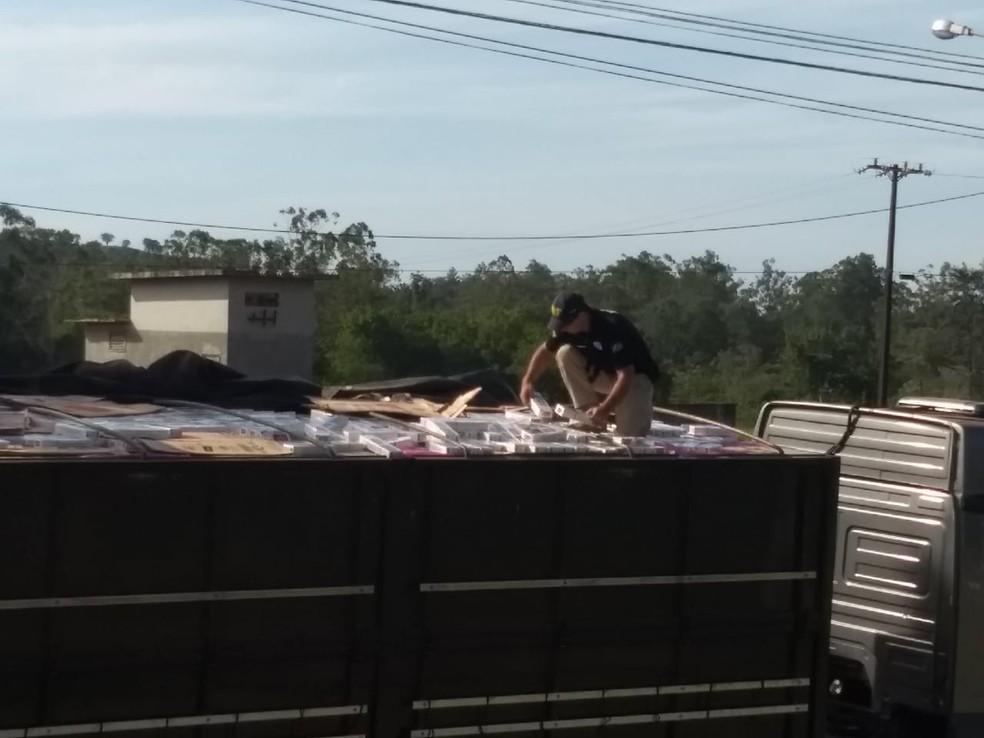 Carreta carregada com cigarros contrabandeados é apreendida em Ibiporã — Foto: Fábio Silveira/RPC