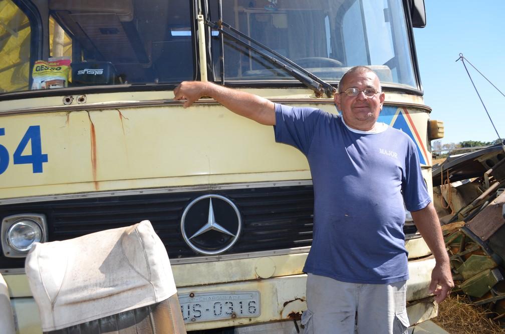 Seu Ivo sempre sonhou em morar em um ônibus (Foto: Raquel Baes/G1)