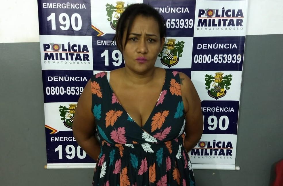 Thiara Laura dos Santos trabalha como agente no terminal aeroportuário de Várzea Grande e escondeu droga sob vestido longo (Foto: PMMT)