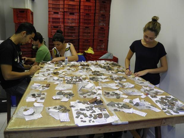 Estudantes aprofundam pesquisas com material encontrado em projetos arqueológicos das eólicas no RN (Foto: Divulgação/UFRN)