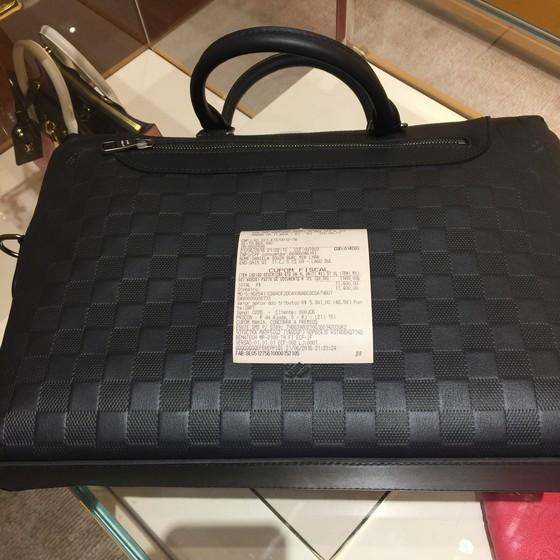 A bolsa de R$ 11 mil da mulher do lobista Milton Lyra (Foto: Reprodução)