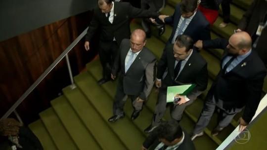 Bolsonaro revoga decreto das armas e publica outros 3