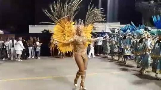 Ellen Rocche samba no Desfile das Campeãs do carnaval de São Paulo