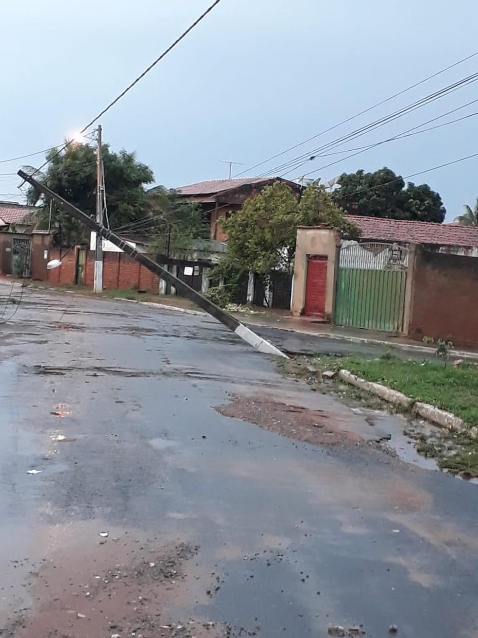 Poste ficou pendurado pelos fios em rua na cidade de Correntina — Foto: Divulgação/Prefeitura de Correntina
