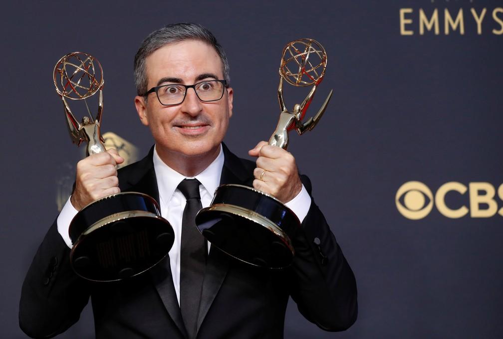 John Oliver mostra os dois prêmios que recebeu no Emmy 2021 — Foto: Mario Anzuoni/Reuters