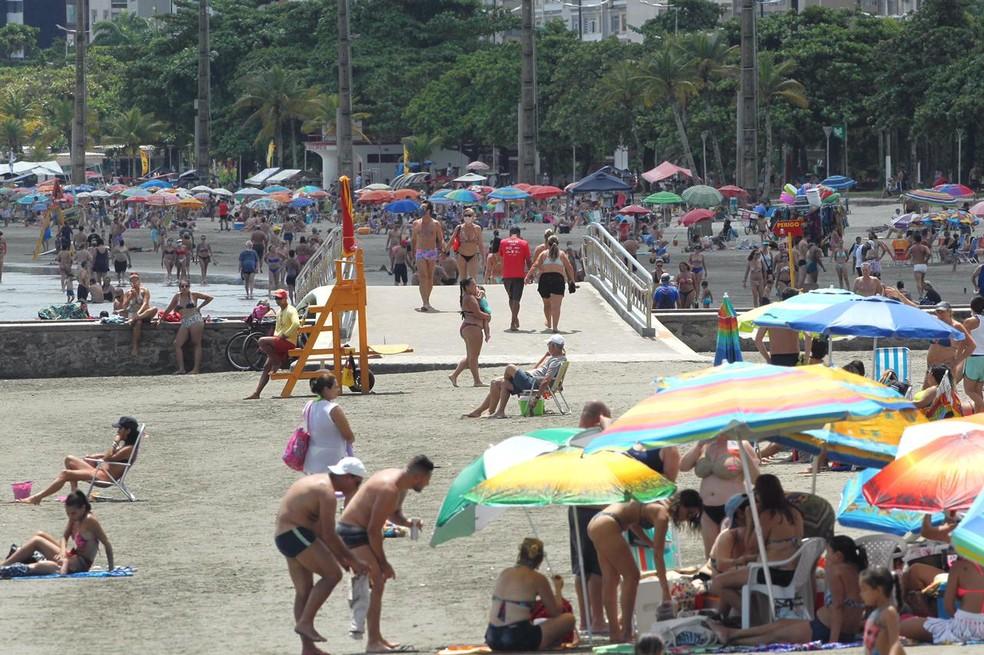 Banhistas não podem colocar cadeiras ou guarda-sóis na praia — Foto: Matheus Tagé/Jornal A Tribuna