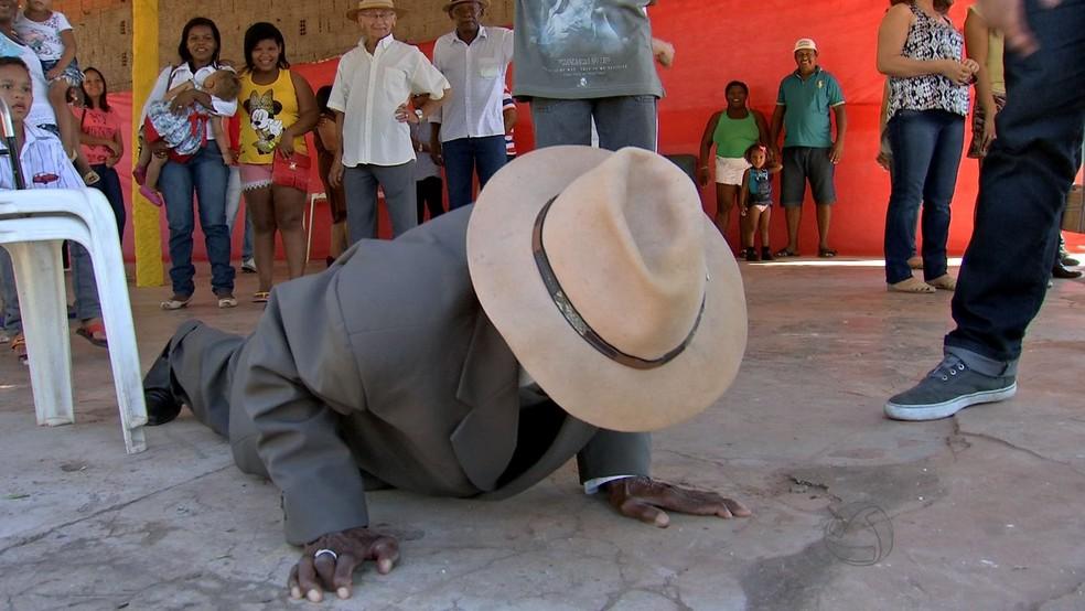 Antônio Benedito fez flexão durante a festa de aniversário de 110 anos. — Foto: Reprodução/ TVCA