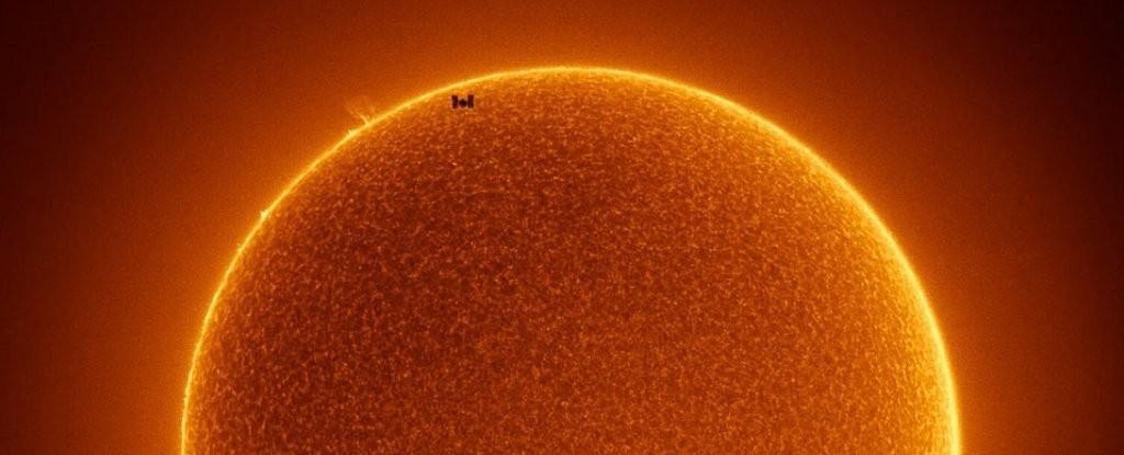 Fotógrafo registra Estação Espacial Internacional passando na frente do Sol