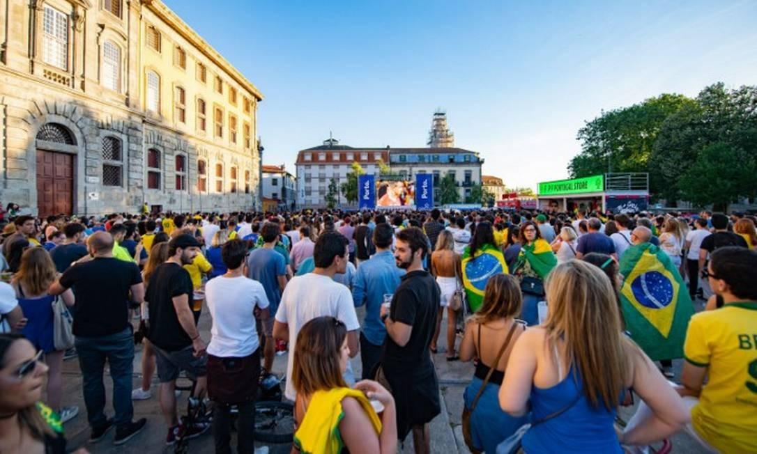 Brasileiros assistem a jogo da Copa de 2018 no Porto