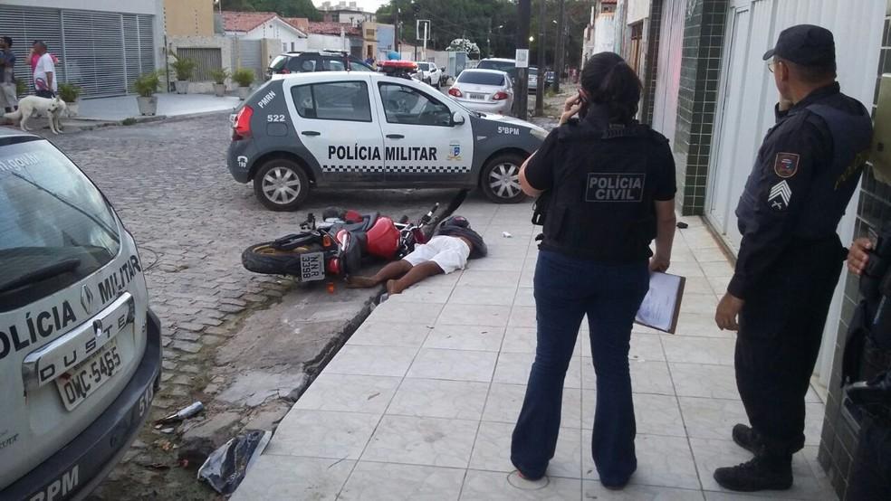 Suspeito foi morto no bairro Capim Macio depois de assaltar residência no Conjunto Pirangi, em Natal. (Foto: Sérgio Henrique Santos/Inter TV Cabugi)