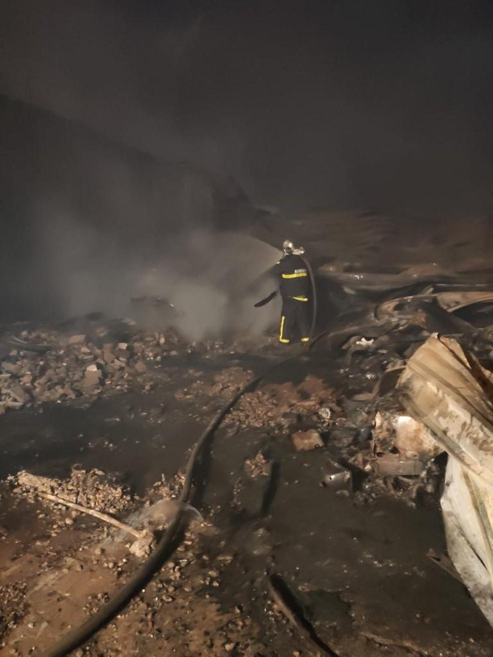 Bombeiro trabalha para apagar incêndio em oficina e casa em Cuiabá — Foto: Corpo de Bombeiros de Mato Grosso/Assessoria