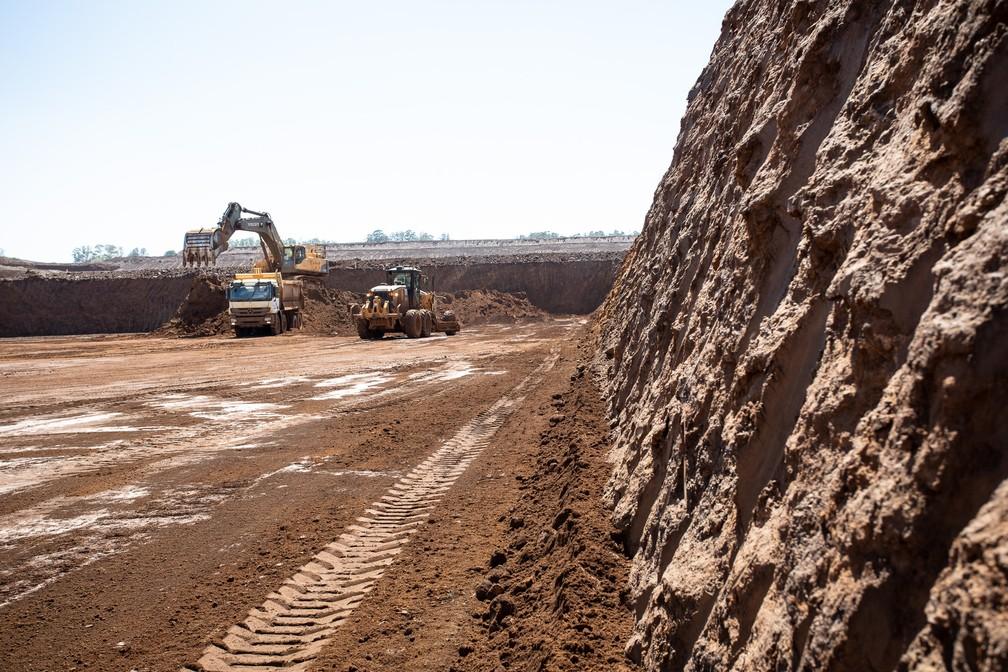 Fluxo de caminhões é intenso na retirada do solo rico em nióbio na mina de Araxá (MG) — Foto: Fábio Tito/G1