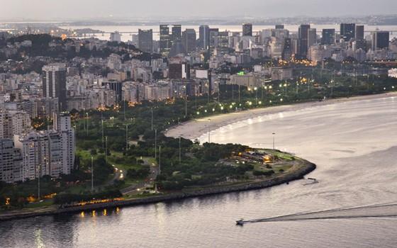 O Aterro e a Praia do Flamengo e, ao fundo, os prédios do centro da cidade do Rio de Janeiro. (Foto: Haroldo Castro/ÉPOCA)