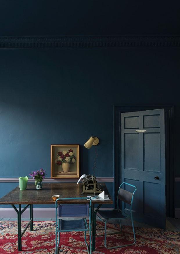Décor do dia: Sala de jantar azul profundo e vintage (Foto: FARROW & BALL / Divulgação)