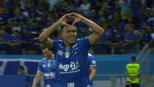 Marquinhos Gabriel toca com nojo, por cima do goleiro, e faz belo gol para o Cruzeiro