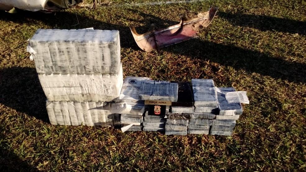 Os 60 quilos de cocaína encontrados dentro do avião interceptado pela FAB em MS e que foi retirado nesta segunda-feira (25) da Lagoa Uberaba, na fronteira entre o Brasil e a Bolívia (Foto: PF/Divulgação)