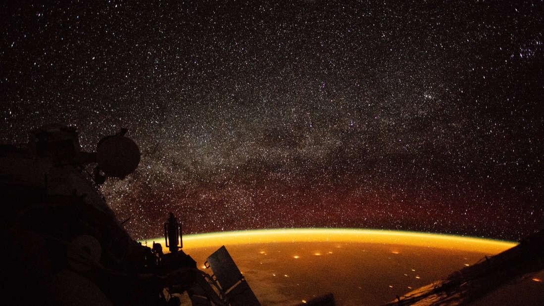 Camada laranja sobre a Terra é um processo comum originado pela luz do Sol (Foto: NASA)