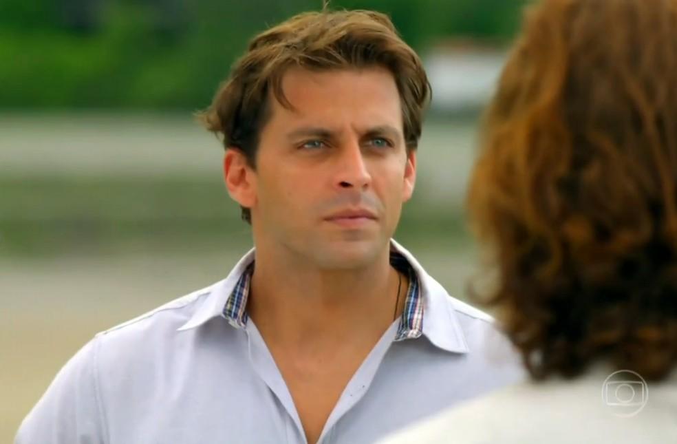 Cassiano (Henri Castelli) aceita ir ao Caribe a pedido de Alberto (Igor Rickli), em 'Flor do Caribe' — Foto: Globo
