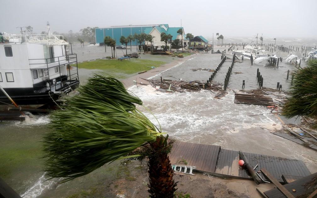 Barcos danificados pela passagem do furacão Michael são vistos na marina de Port St. Joe, na Flórida, na quarta-feira (10) — Foto: Douglas R. Clifford/Tampa Bay Times via AP
