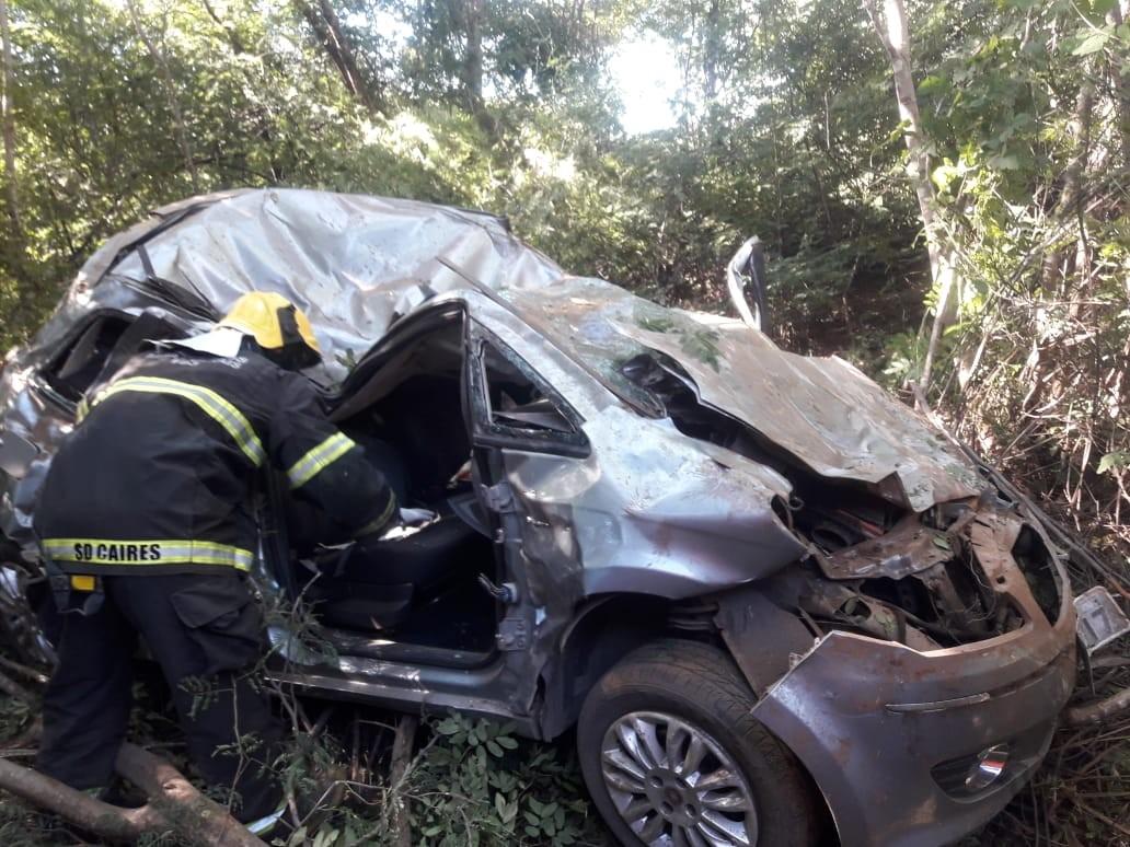 Carro sai da pista, capota na MGC-122 e deixa quatro pessoas feridas