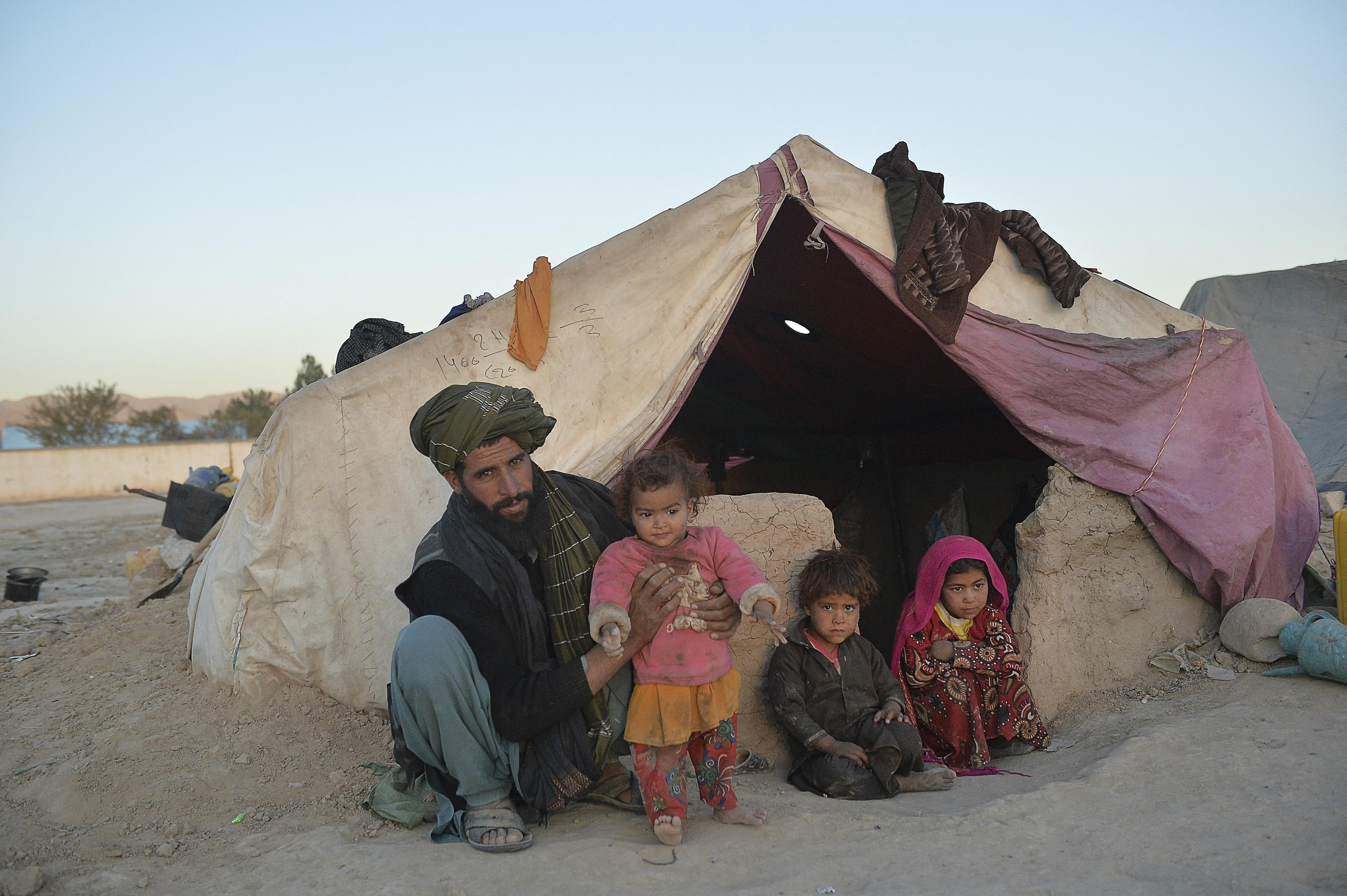 Famílias afegãs vendem suas filhas para não morrerem de fome