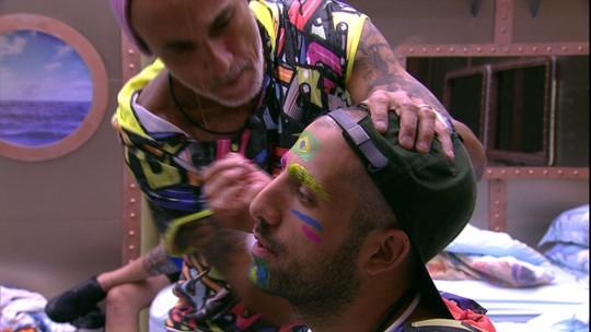 Kaysar pede para Ayrton fazer pintura em sua testa