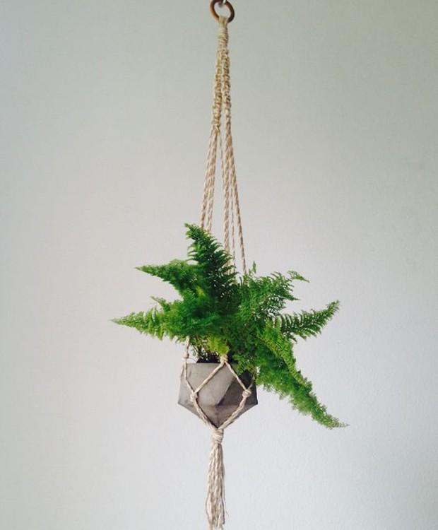 9-ideias-de-decoracao-com-plantas-para-o-dia-das-maes-hanger-de-macrame-com-vaso.jpg (Foto: Pinterest/Reprodução)