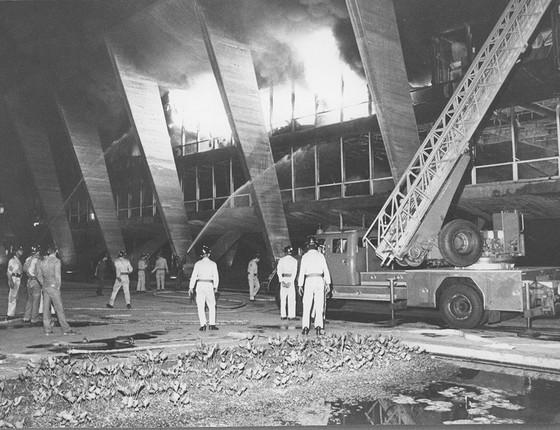 Em 8 de julho de 1969, um incêndio no MAM destruiu todas as obras expostas nas paredes. Foram salvos os quadros que estavam na reserva técnica, entre eles o Nº 16 de Pollock (Foto: ANTÔNIO NERY)