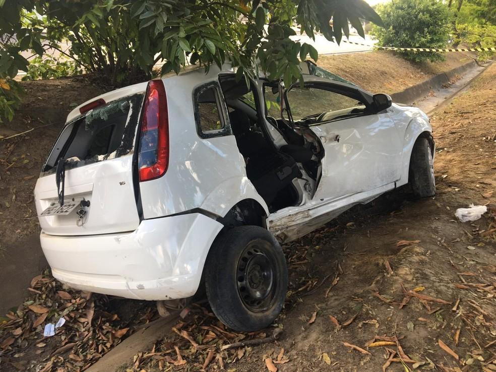 Carro bate em árvores e para no canteiro central da Avenida Durval de Góes Monteiro, em Maceió — Foto: Douglas Lopes/TV Gazeta