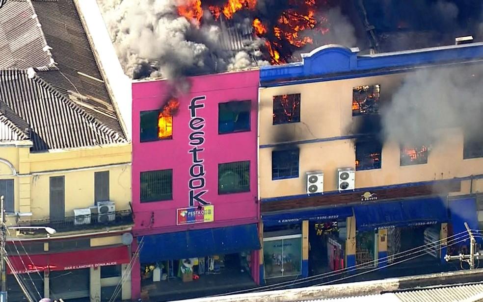 Incêndio atinge edifício comercial na região da Rua 25 de Março — Foto: TV Globo/Reprodução