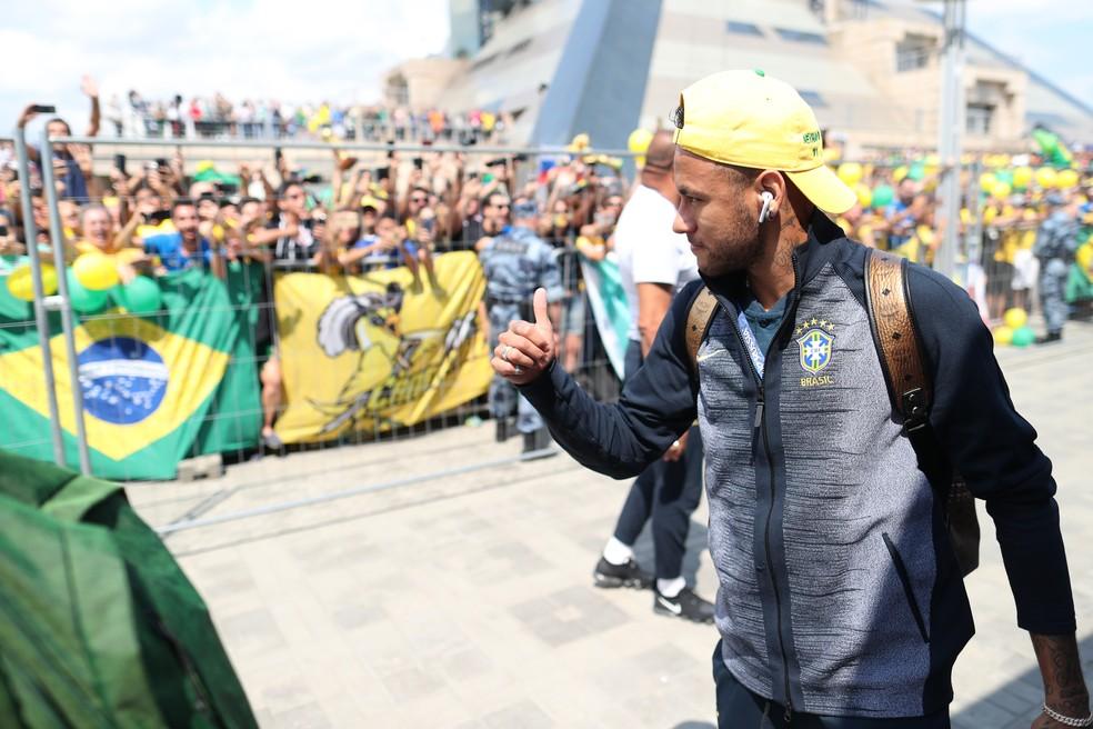 Neymar agradece o carinho dos torcedores na chegada (Foto: Lucas Figueiredo / CBF)