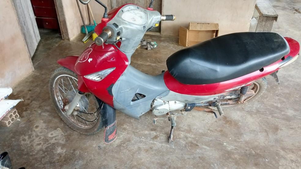 Em depoimentos foi informado que moto utilizada pelo suspeito era vermelha e tinha alguns adesivos — Foto: Polícia Civil de Rurópolis/Divulgação