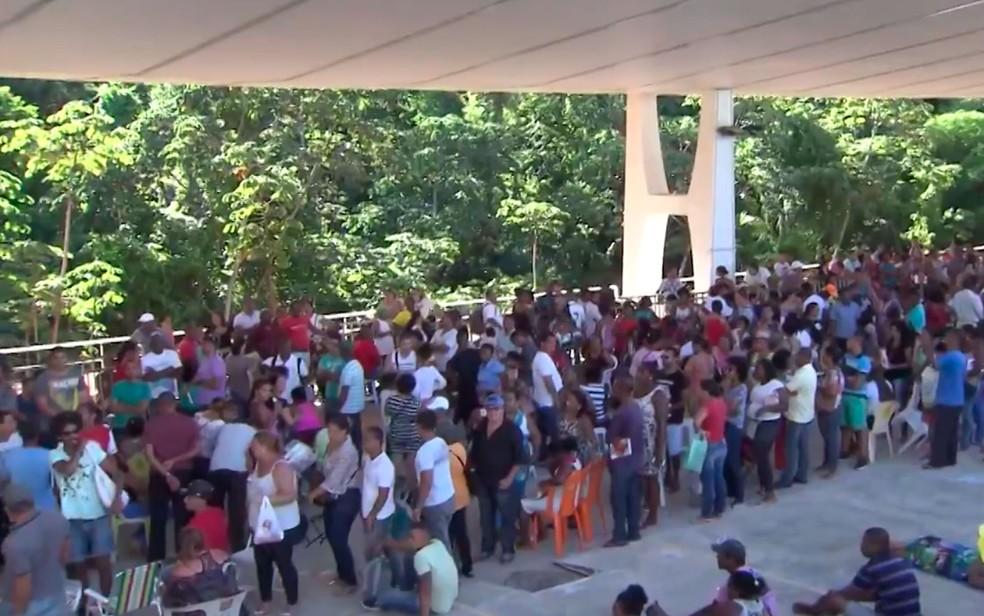 Eleitores enfretam longas filas para fazer recadastramento na sede do TRE em Salvador. (Foto: Reprodução/TV Bahia)