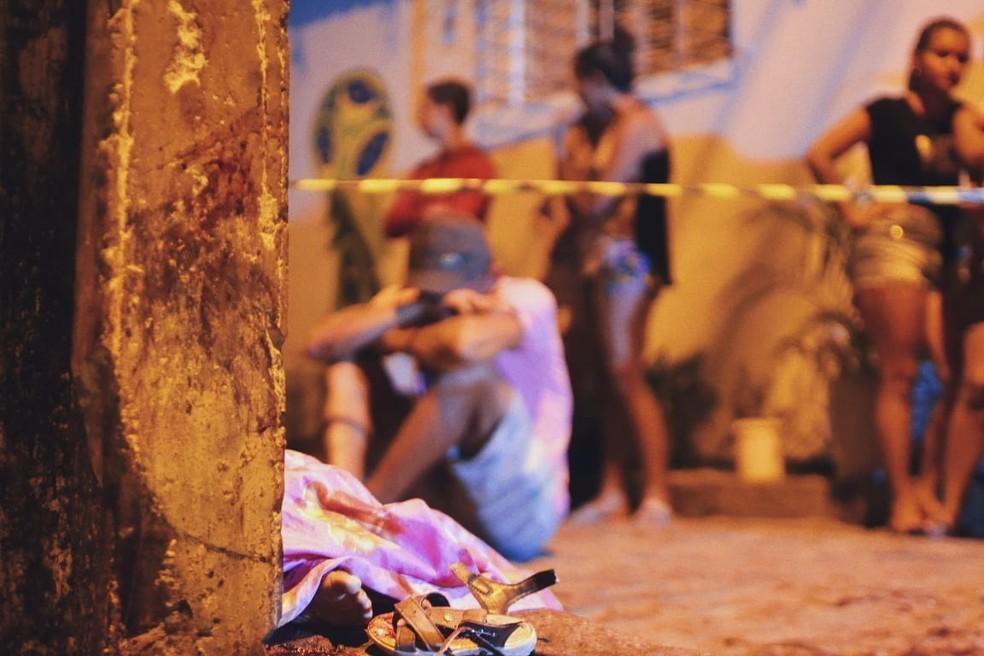 Pai chora próximo ao corpo do filho de 1 ano e 4 meses que morreu atropelado em Natal — Foto: Acson Freitas/Inter TV Cabugi