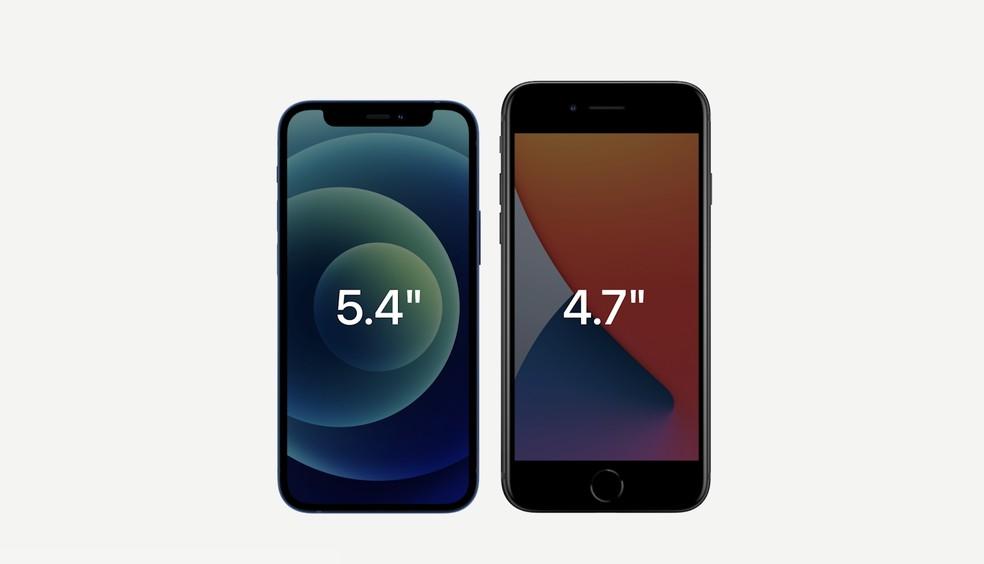 iPhone 12 mini, com tela de 5,4 polegadas, em comparação com o iPhone SE, com tela de 4,7 polegadas. — Foto: Reprodução/Apple