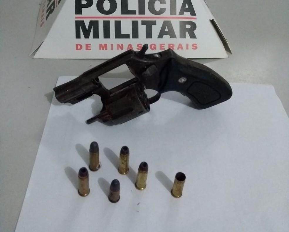Polícia apreendeu uma arma com cinco munições (Foto: Polícia Militar/ Divulgação)