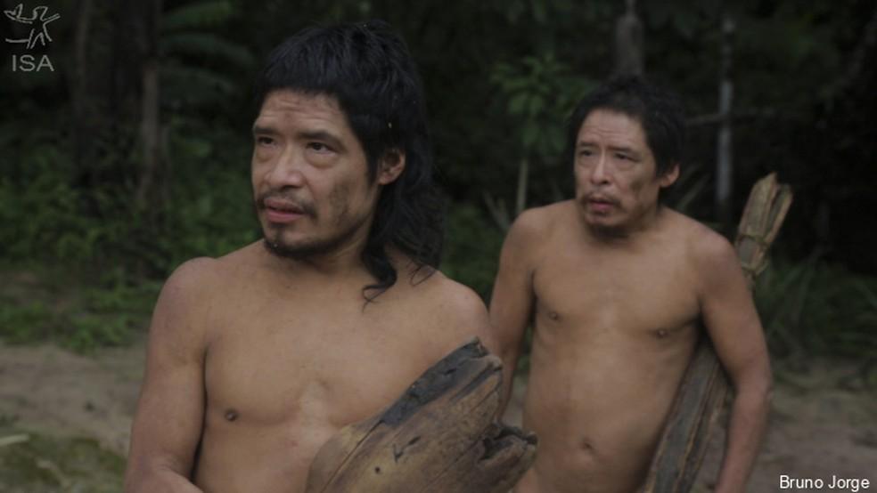 """Tamandua e Baita, indígenas isolados e sobreviventes do povo Piripkura, em cena do documentário """"Piripkura""""  — Foto: Bruno Jorge/Instituto Socioambiental (ISA)"""