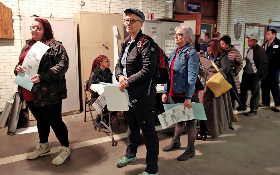 Eleitores fazem fila para votar em Detroit, nos Estados Unidos, nesta terça (6) — Foto: Rebecca Cook/Reuters