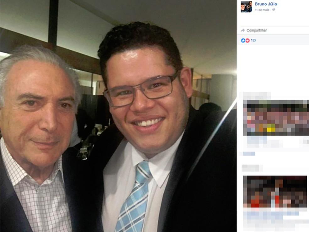 O ex-secretário da Juventude, Bruno Júlio, ao lado de Michel Temer (Foto: Reprodução/Facebook)