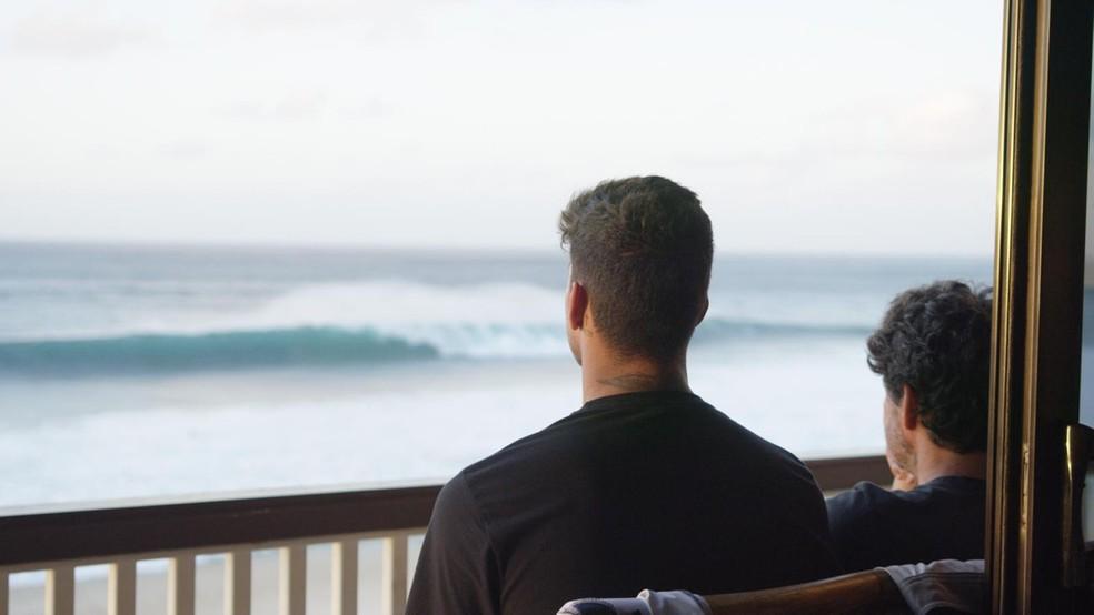 Medina e o pai observam o mar no Havaí — Foto: Henrique Daniel