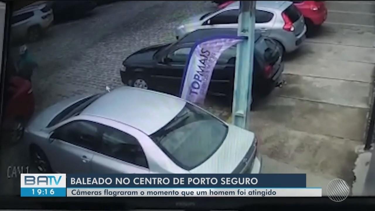 Homem é baleado no centro de Porto Seguro por bandidos que o perseguiram em uma moto