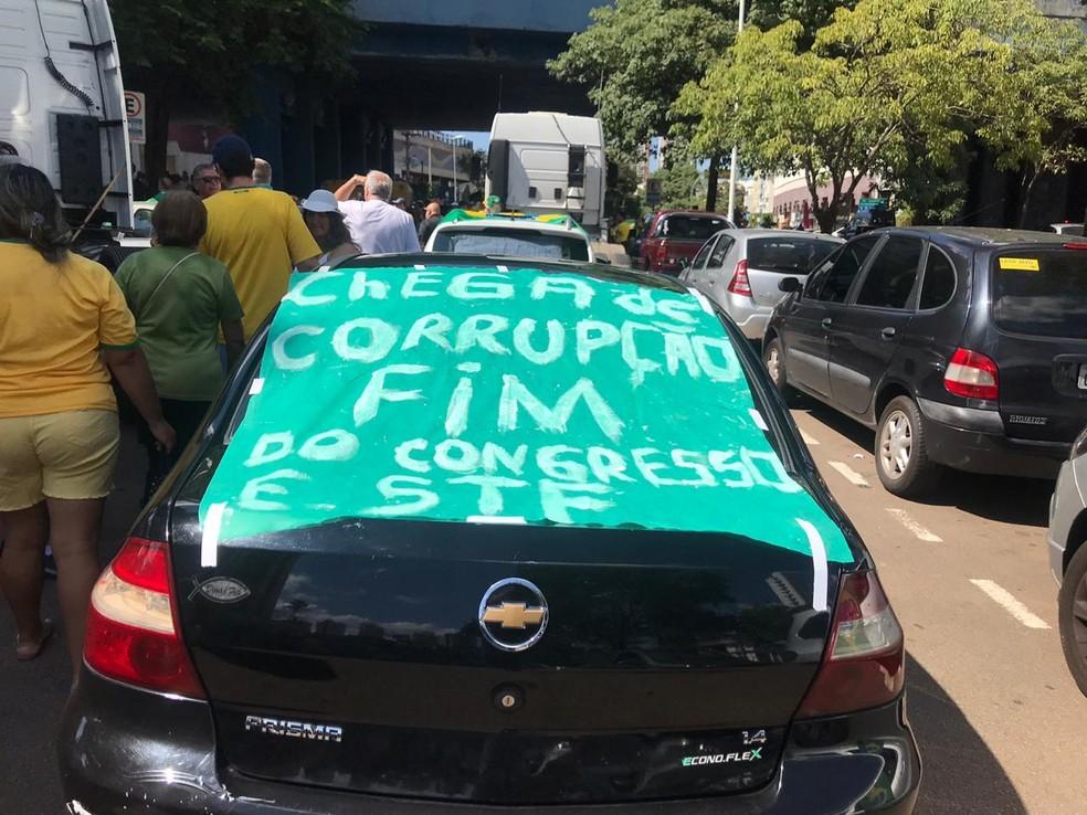 Faixa em carro em ato em Jundiaí — Foto: Vinicius Whitehead/TV TEM