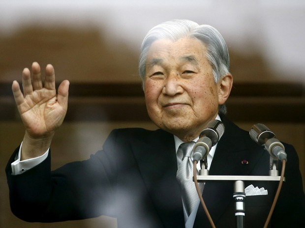 FILE PHOTO: Japan's Emperor Akihito waves to well-wishers who gathered at the Imperial Palace to mark his 82nd birthday in Tokyo, Japan, December 23, 2015. (Foto: Thomas Peter - 23.dez.2015/Reuters)