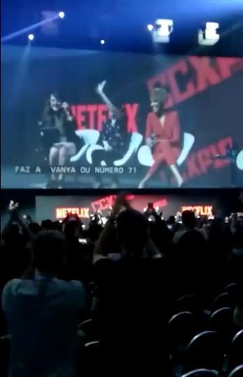Ellen Page (ao centro) acena para fãs na CCXP (Foto: Isabela Moreira)