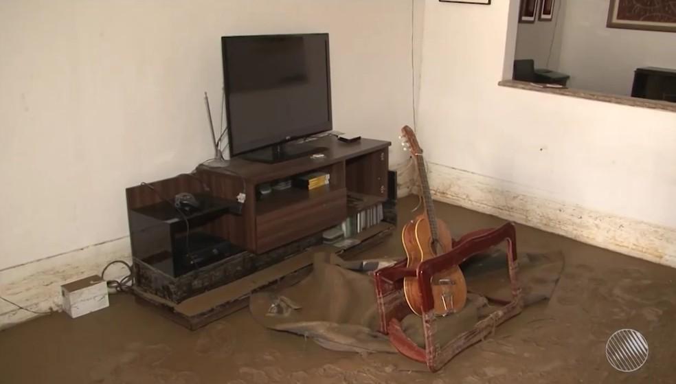 Água invadiu casas e danificou imóveis na cidade de Vitória da Conquista (Foto: Reprodução/TV Sudoeste)