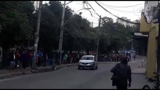 Centenas de pessoas formam fila em São Gonçalo, RJ, em busca de uma oportunidade de emprego