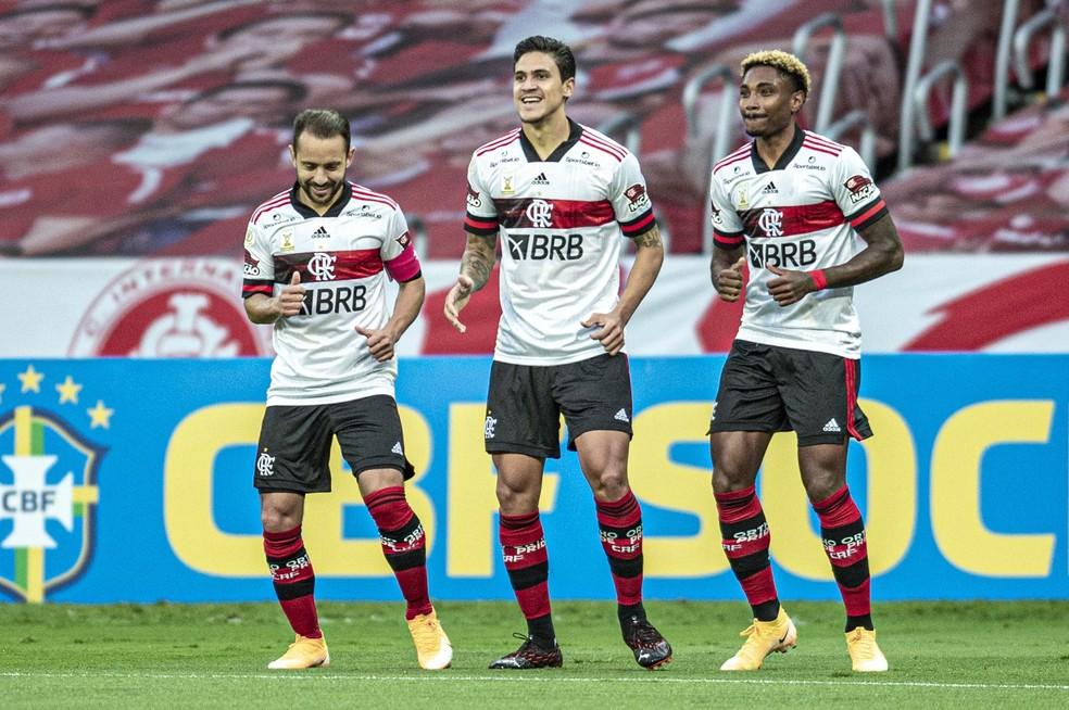 Flamengo vai além do empate ao amassar o Inter no segundo tempo