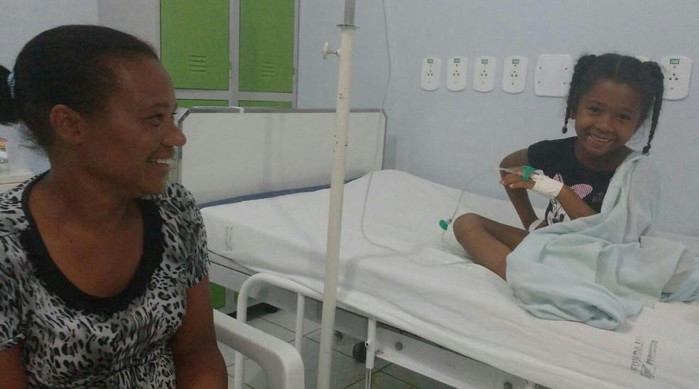 Rosângela passou a noite no hospital com a filha de 4 anos, Maria Rita Barbosa, que estuda na creche gente Inocente (Foto: Juliana Peixoto/G1)