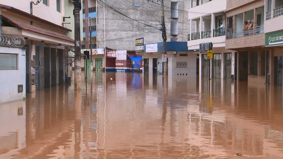 Ruas foram tomadas pela água em Alfredo Chaves — Foto: Reprodução/ TV Gazeta